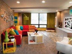soggiorno-moderno-mobili-bianchi-divano-colorato.jpeg